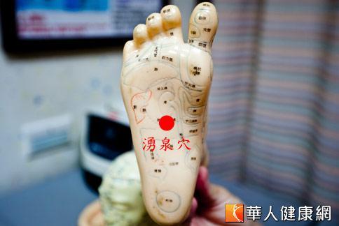 怕冷的人可常按摩湧泉穴,對於改善腳冷有一定效果。(攝影/黃志文)