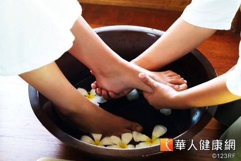 中醫認為,溫水泡腳對於改善腳冷很有幫助,但慢性病者不宜泡太久。