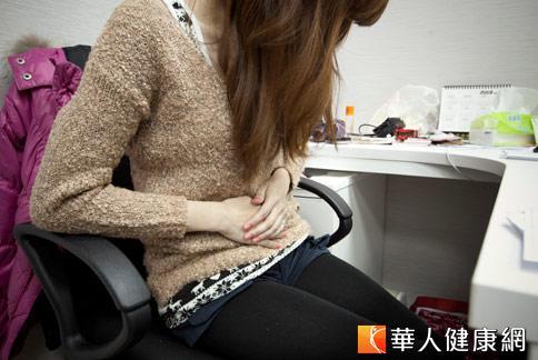 月經來臨,讓女性腹部出現陣陣疼痛,甚至影響工作。(攝影/黃志文)