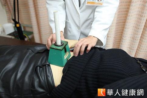 中醫「熱灸理療」,用熱灸棒在腹部薰艾草,緩解經痛。(攝影/黃志文)