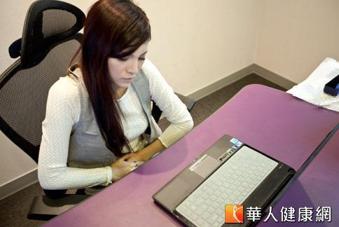 女性上班族常因經期疼痛嚴重影響工作,中醫師建議,想要告別經痛,必須同時調養肝臟和胃腸。(攝影/黃志文)