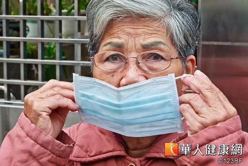 銀髮族冬季應注意保暖,平時也應勤洗手與戴口罩,並且避免於冬季流感流行期出入擁擠的公共場所。