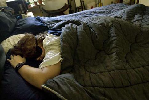 睡眠不足不僅會影響精神,還會影響人對另一半的態度。(圖片/取材自美國《洛杉磯時報》)