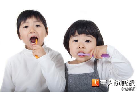 醫師提醒,餐後口腔酸鹼值會驟降到5.5以下,掌握關鍵10分鐘潔牙,就能長保牙齒健康。
