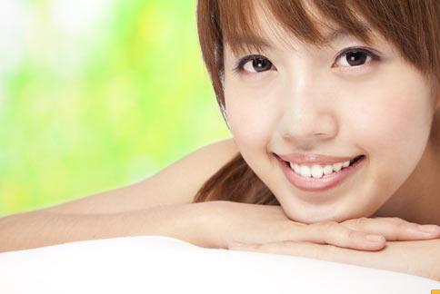 林曉薇牙醫師表示,許多民眾購買坊間的居家牙齒美白產品後,因使用不當出現牙齦燙傷、潰瘍的現象。