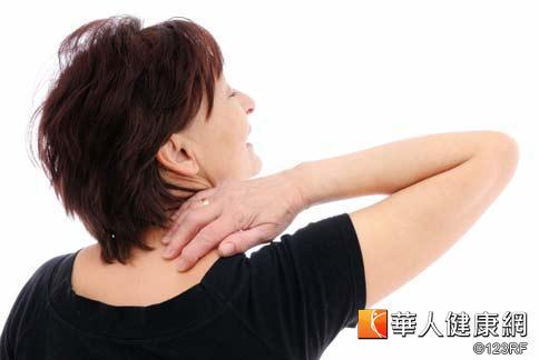 現代人長時間埋首電腦前,常常導致頸肩痠痛,然而按摩其實只能暫時達到舒緩效果,要預防按摩過程反而受害,應注意4原則。