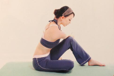 藉著正確姿勢與協調呼吸,搭配3式瑜珈主題動作,對瘦背相當有幫助。(圖片提供/唐幼馨老師)