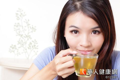 中醫師袁國山表示,白斑病患不宜食用過量超濃度茶品,病情恐惡化。