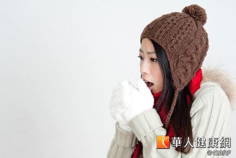 氣溫驟降冷得讓人直發抖,許多民眾穿著厚重的衣服保暖。