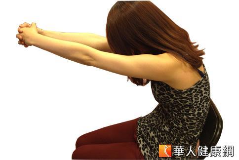 第4招:雙手向後扶著椅子扶手推椅子,背向前伸直。(攝影/黃子倫)