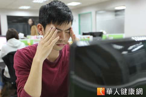 上班族久盯螢幕眼睛疲勞,可多飲用護眼茶飲幫助明目。(攝影/黃子倫)