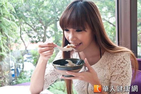 劉忠政醫師表示,早午餐一起吃容易因瞬間吃下大量食物和熱量,反而導致腸胃不適和肥胖。(攝影/黃志文)