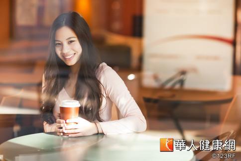 有些民眾利用咖啡因可加速新陳代謝、消除水腫的特性,每天喝咖啡減重,但營養師提醒長期飲用可能有心悸、心血管等副作用。