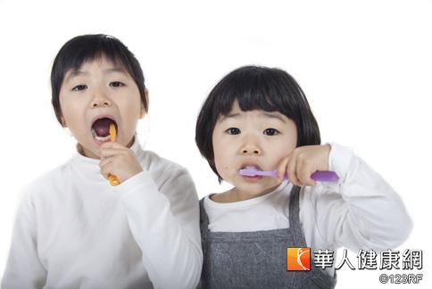 我國幼兒在3-4歲階段,蛀牙盛行率竄升到6成,牙醫師提醒,長出乳牙就該刷牙,清潔法可依年齡做區分。