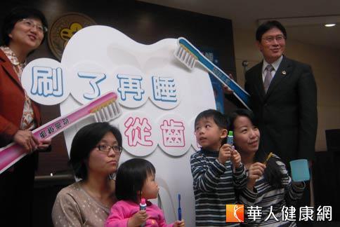 國健局局長邱淑媞(左)指出,氟化物是世界衛生組織公認最經濟、安全、有效的防治蛀牙措施,除了鼓勵使用含氟牙膏刷牙,也應在幼童牙齒塗氟。(攝影/張雅雯)