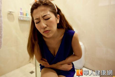 間質性膀胱炎和常見的細菌性膀胱炎症狀類似,容易出現頻尿、尿急、疼痛的情況。。圖中人物非新聞主角。(攝影/黃志文)