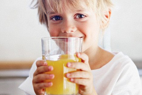 果汁看似比其他飲料來得健康,但潛藏的糖量卻也容易讓孩童增加蛀牙危機。(圖片/取材自英國)《每日郵報》