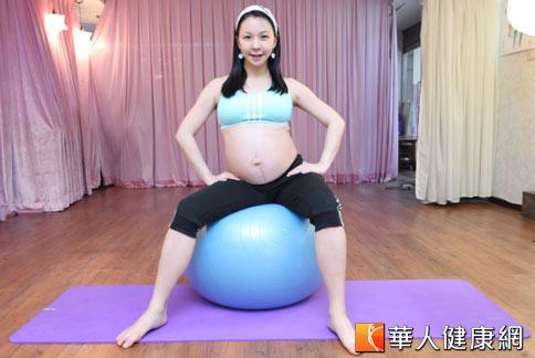 孕媽咪可以多多利用瑜珈球強化下肢、骨盆處肌力。(攝影/黃志文)