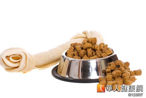「吃飽」是生存的基本權利,但許多寵物因照顧者經濟能力問題,被迫棄養而流浪。