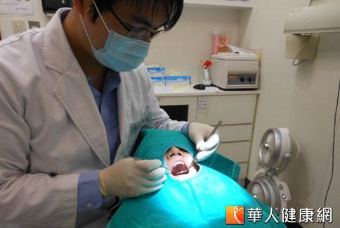 牙醫師指出,長期缺牙,容易影響咀嚼功能,增加胃腸負擔,衍生消化系統問題。(攝影/駱慧雯)