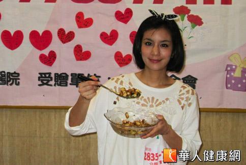 藝人莎莎嘗試製作高纖低脂的杏鮑菇料理,推薦給大家在母親節可以做菜慰勞媽媽。(攝影/羅詩樺)