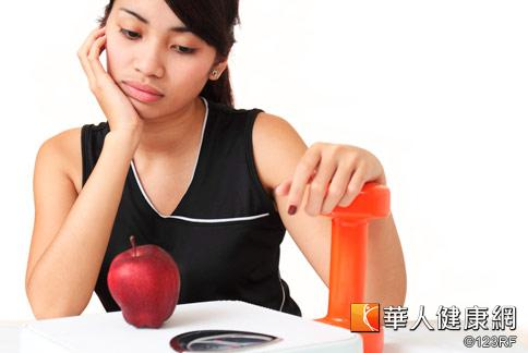 少吃多動看著體重機上的數字還是沒有往下掉,可能要檢視自己是否犯了不好的減肥習慣。