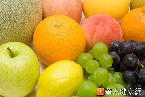 包括葡萄、檸檬等水果,富含維生素A、C,具抗氧化功能,不僅可以養顏美容,同時可緩解肌膚皺紋浮現。