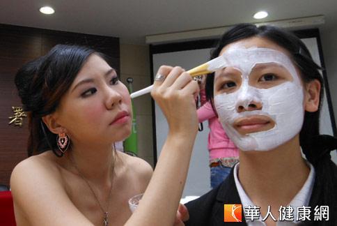 國內女性愛敷面膜,中醫簡單面膜敷臉,抗老除皺再也不是秘密。(攝影/駱慧雯)