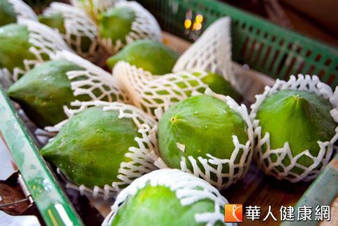 青木瓜屬美胸聖品之一,因內有大量的木瓜酵素,對刺激女性荷爾蒙生成有幫助。(攝影/黃志文)