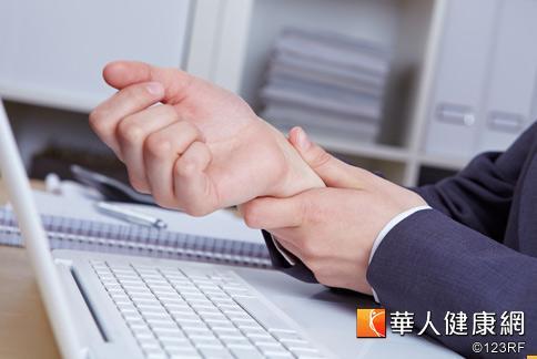 上班族因操作電腦鍵盤的動作頻繁,容易造成手腕肌腱或軟組織受損引發疼痛,復健科醫師卓裕森建議每用電腦1小時,應休息10分鐘做腕部伸展運動。