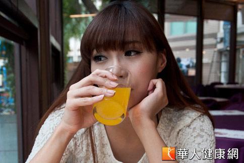 成大牙醫部研究團隊發現,市售酸性飲料,即使稀釋過後,仍易造成牙齒酸蝕。(攝影/黃志文)