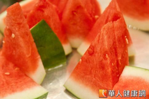 西瓜冰涼好吃又消暑,但營養師提醒有5個原則要注意,以免造成身體負擔。(攝影/黃志文)