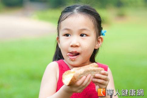國內爆發毒澱粉的食安事件,不少家長擔心危害孩子健康,醫師建議家長從小培養孩子正確飲食觀念,減少攝取經加工的精緻食物。