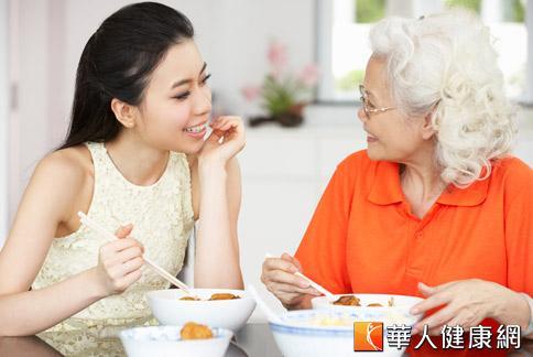 老年人夏天食慾差,容易造成營養攝取失衡的健康問題,涂禹晴營養師建議以清爽可口的涼拌菜幫助開胃,刺激想吃的慾望。