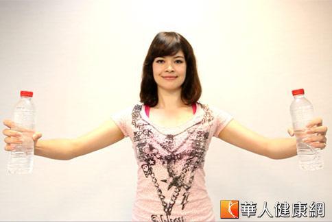招式一:水瓶胸部擴展操。示範:柯念萱。(攝影/黃志文)