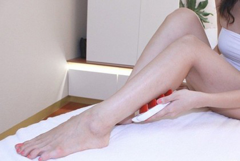 想擁有模特兒般的修長美腿或是纖細手臂,可藉由勤加按摩。(圖片提供/VOGUE)