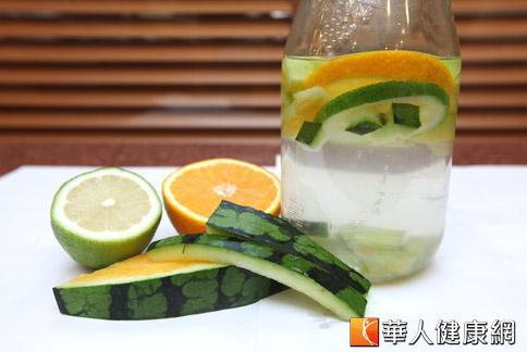 可以在水中加點檸檬片、橙片、西瓜翠衣,消暑又解渴。(攝影/黃志文)