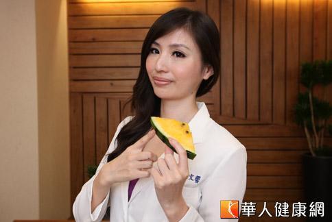 張文馨醫師指出,西瓜性寒不要吃太多,但西瓜翠衣卻可多多泡在水裡飲用。(攝影/黃志文)