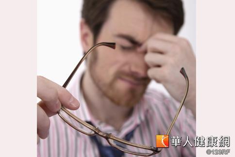 上班族用眼過度,日常可靠葉黃素、花青素等營養素來幫助維護眼睛健康。