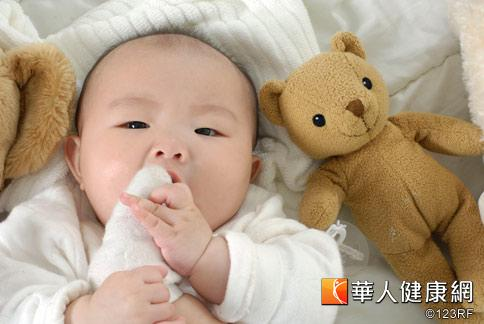 好奇寶寶們最喜歡把東西往嘴裡塞,一不小心吃進髒東西就容易腹瀉。