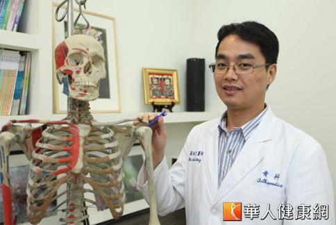 骨科醫師翁佩韋表示,五十肩的治療一般消炎止痛藥物可以減少患部疼痛。(攝影/黃志文)