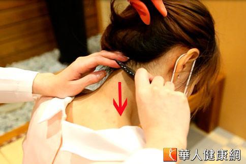 刮痧消暑記得要順著風池穴往肩井穴的方向,避免來回刮引起皮膚擦傷。(攝影/黃志文)