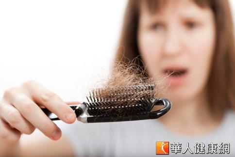大量掉髮,常是女性心中的夢魘。而壓力、懷孕分娩、節食營養不良等都是掉髮原因之一。