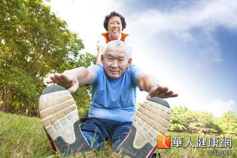 健走、騎腳踏車、游泳等有氧運動都很適合銀髮族,尤其居家就可以做健走練習,幫助控制腰圍。