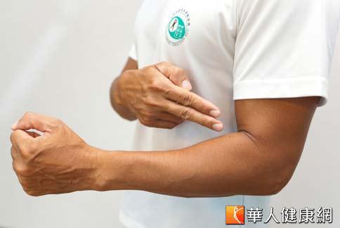 擺動時手肘要呈90度,擺動較輕鬆;擺動幅度大一點,拳頭後擺到腰、前擺到胸,這樣可以帶動胸肌與背肌。(攝影/黃志文)