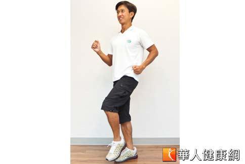 健走腳步要輕盈、別重踏,因為腳步愈重,衝擊力愈大,會傷害膝蓋。此外,關節要保持彈性、不要直挺挺鎖死。(攝影/黃志文)