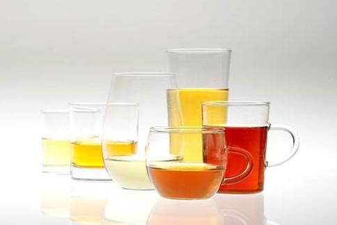 新鮮茉莉花瓣熏製茉莉烏龍冷泡茶,讓冷泡茶香氣與喉韻同時兼得。(圖片提供/王俊欽)