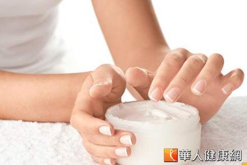 指甲保健應該從生活習慣做起,包括多補充蛋白質、鈣、鎂、維生素D等營養素,維持指甲生長基本所需。