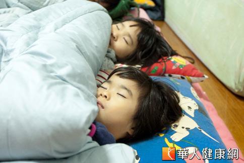 小孩的睡眠時間如不固定又常晚稅,對於腦力發展有明顯影響,學習成績自然也較低落。(攝影/黃志文)