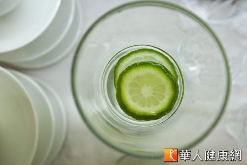 靠檸檬水減重,是多位女藝人共同的愛好,欲消除水腫,不妨適度補充含有鉀的檸檬水。(攝影/黃志文)